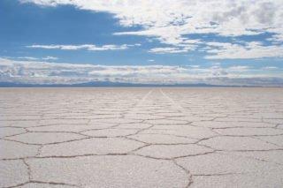 Traces voiture désert sel Salar Uyuni Bolivie
